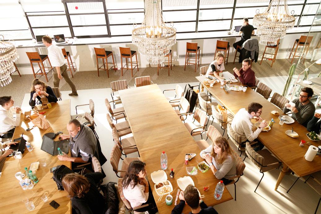 Mobilier très cosy et dans un esprit lounge type années 1970 : des fauteuils enveloppants dans un doux revêtement sur-mesure, de belles tables, des hauteurs variées et des espaces différenciés.
