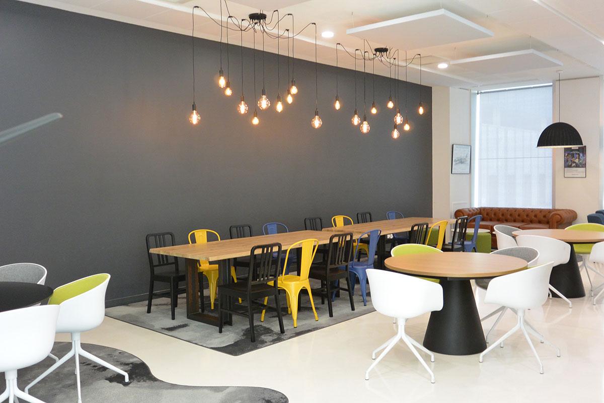 De longues tablées, des tables rondes, un coin lounge avec un canapé, une petite cabane... le tout avec des matériaux de qualité, ultra design et de jolies couleurs. Ces bureaux ont tout pour plaire !