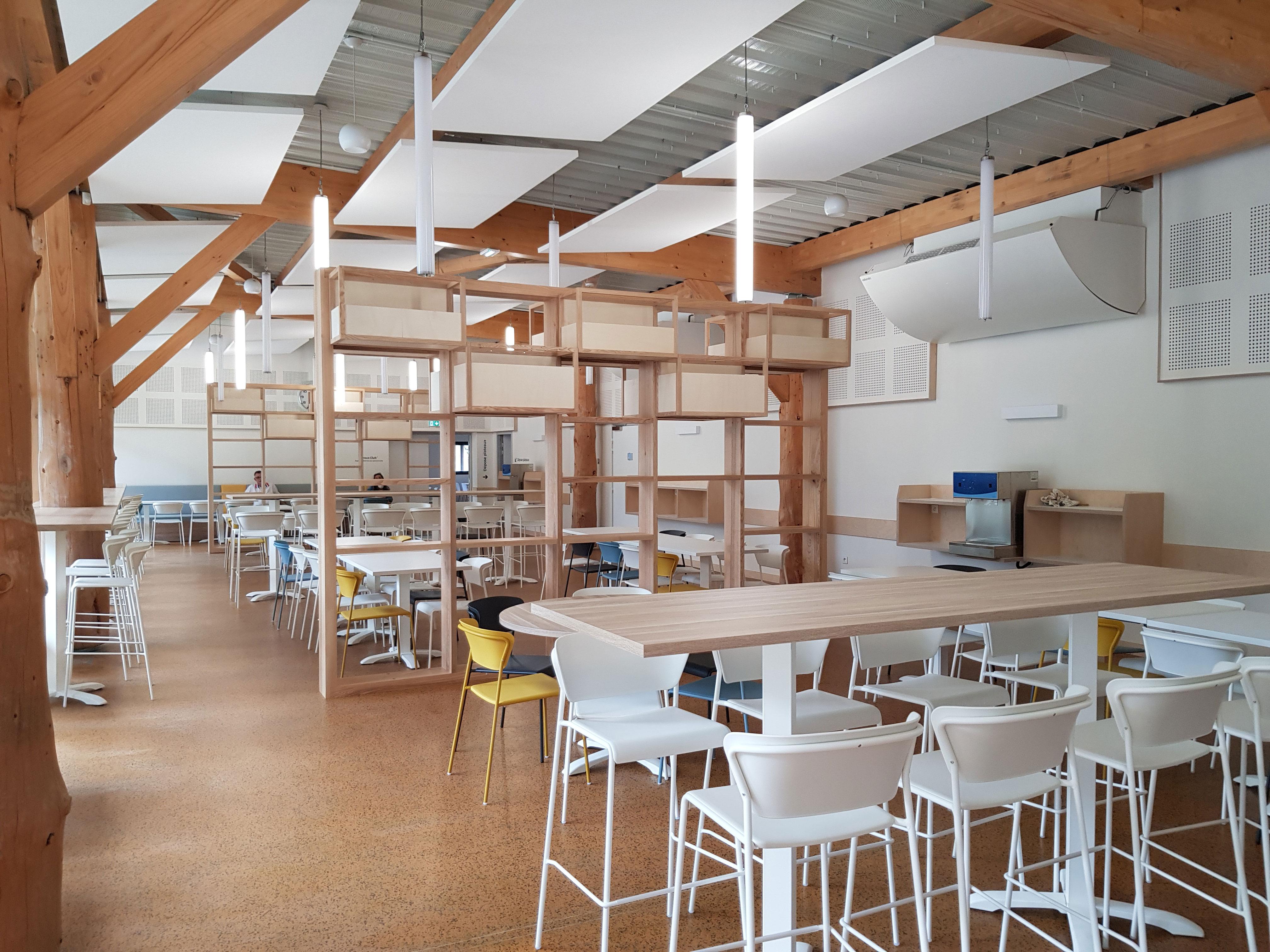Mobilier design et fonctionnel, des couleurs épurées et des hauteurs variées, le tout pour apporter modernité et dynamisme à ce lieu de vie et ravir les étudiants.