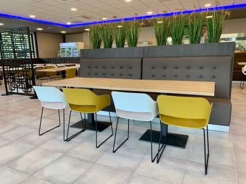Un style design, coloré et moderne pour cet espace de restauration en entreprise