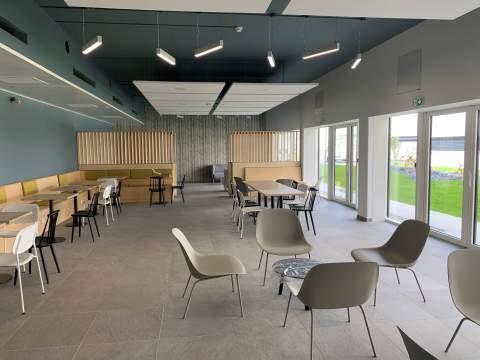 Style épuré et design grâce à des banquettes sur-mesure, une sélection de mobilier varié et des coins lounge équipé de chauffeuses, canapés et tables basses.