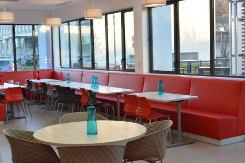 Pour varier les espaces, nous avons varié le choix de mobilier : banquettes, grandes tablées, tables rondes, fauteuils et chaises ... dynamisme et modernité sont au rendez-vous.
