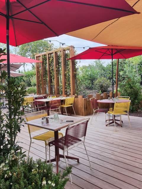 Terrasse colorée avec de jolis voilages pour la terrasse de La Côte et L'Arête