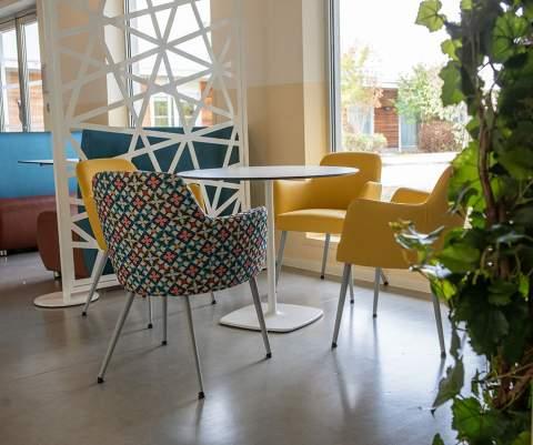 Des couleurs pétillantes et des assises confortables