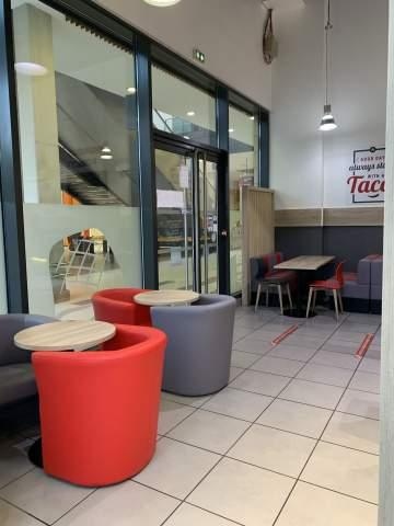 Banquettes, fauteuils et tables basses pour un esprit lounge dans ce fast food