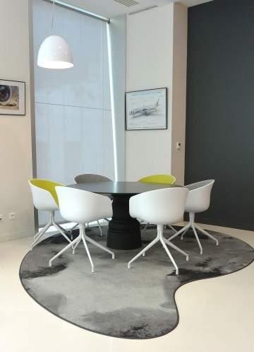 Superbe table ronde : des fauteuils design et une table avec un pied au style affirmé