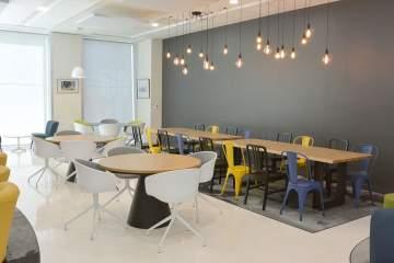 Varions les typologies d'assises et de tables et associons-les à de jolis luminaires et des tapis pour un sacré style