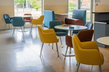 Une salle à manger, salle de jeux qui a du style