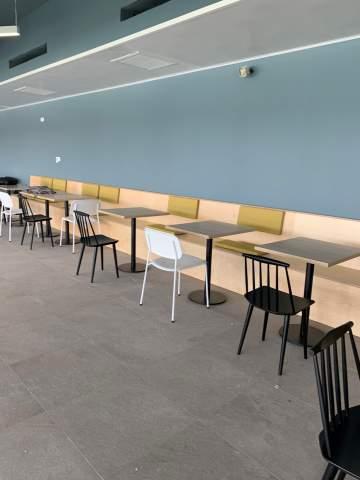 Long mur de banquette sur mesure et chaises design