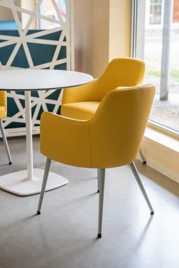 Des fauteuils très confortables et aux couleurs pétillantes