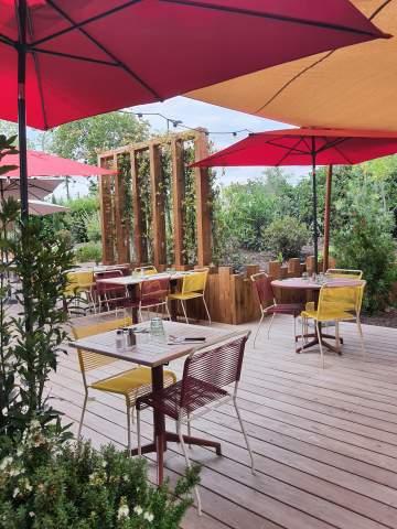 Belle terrasse extérieure avec jolies chaises alu et voiles