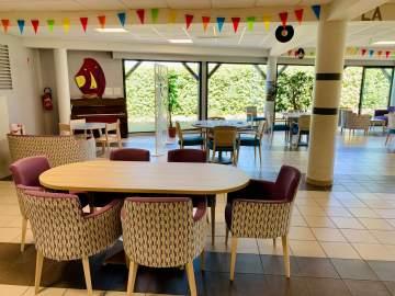 Une jolie table entourée de fauteuils confortables et modernes
