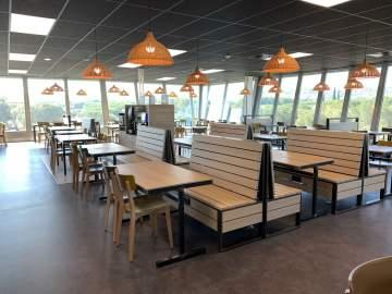 Banquettes sur-mesure, fonctionnelles et faciles d'entretien associées à leurs chaises