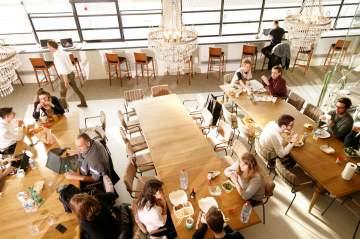 Un agréable espace de restauration pour ce lieu de coworking