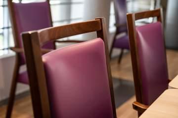 Zoom sur le revêtement et la prise de main aisée de ces chaises